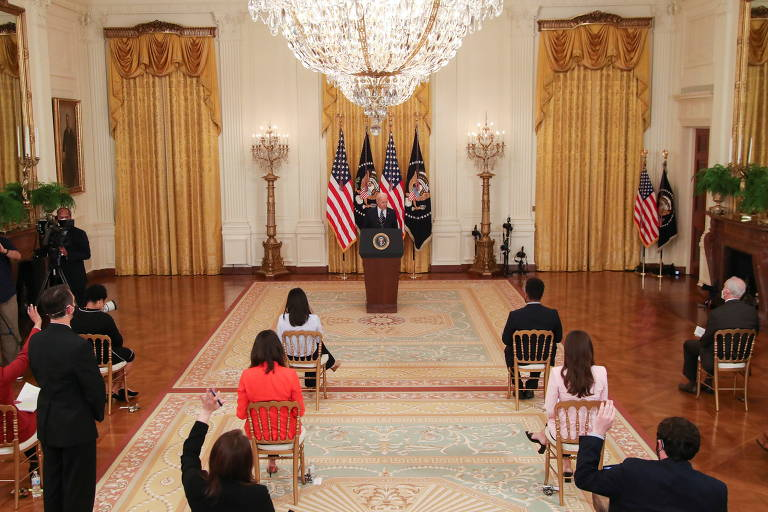 Jornalistas, dispostos na Casa Branca com respeito ao distanciamento social, em entrevista coletiva de Joe Biden