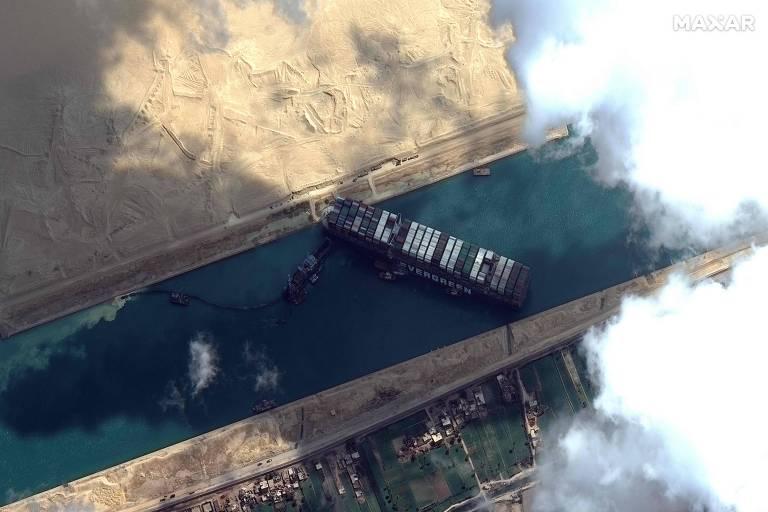 Foto de satélite mostra o cargueiro trancando o canal de Suez