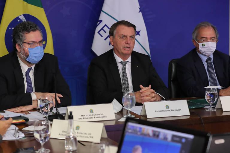 O presidente Jair Bolsonaro ao lado dos ministros Paulo Guedes e Ernesto Araújo durante a reunião de Cúpula do Mercosul