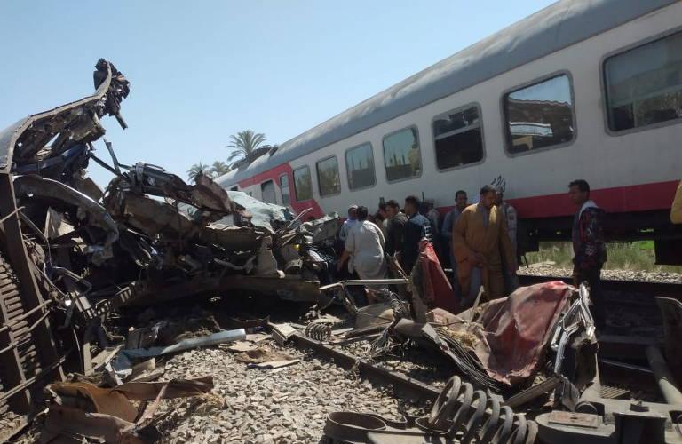 pessoas inspecionam o vagão destruído após o acidente