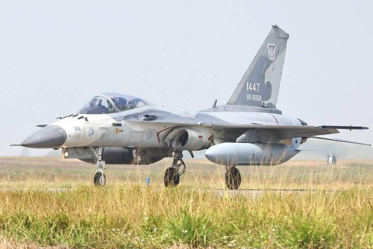 China faz maior incursão militar com aviões contra Taiwan