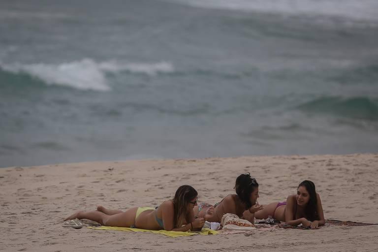 Mesmo com restrições, turistas seguem para litoral