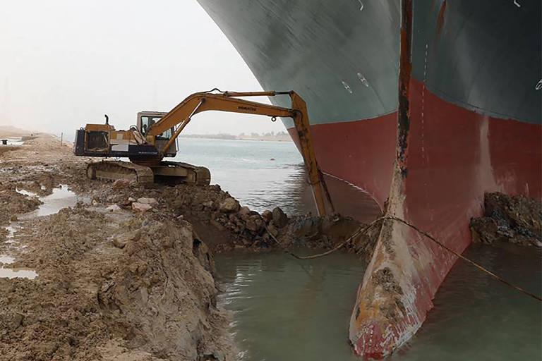 Navio de 400 metros de comprimento encalha no Canal de Suez