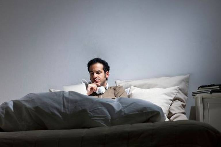 A tentação de trabalhar da cama é forte — as transformar o colchão em escritório pode desencadear uma série de problemas de saúde