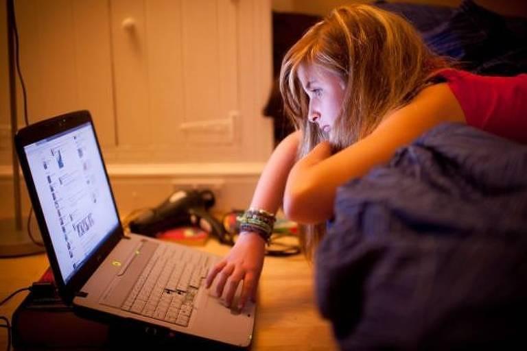Estudar e fazer o dever de casa na cama também não é recomendado, e trabalhar deitado de bruços pode ser especialmente prejudicial para o seu corpo