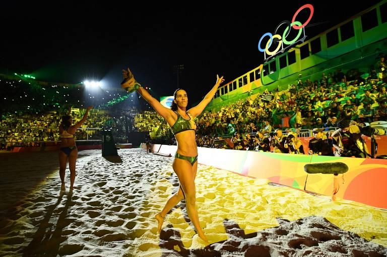 Ágatha acena para a torcida no estádio do vôlei de praia antes da final feminina nos Jogos do Rio