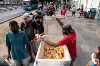 Fila de distribuição de pães na região central do Rio de Janeiro