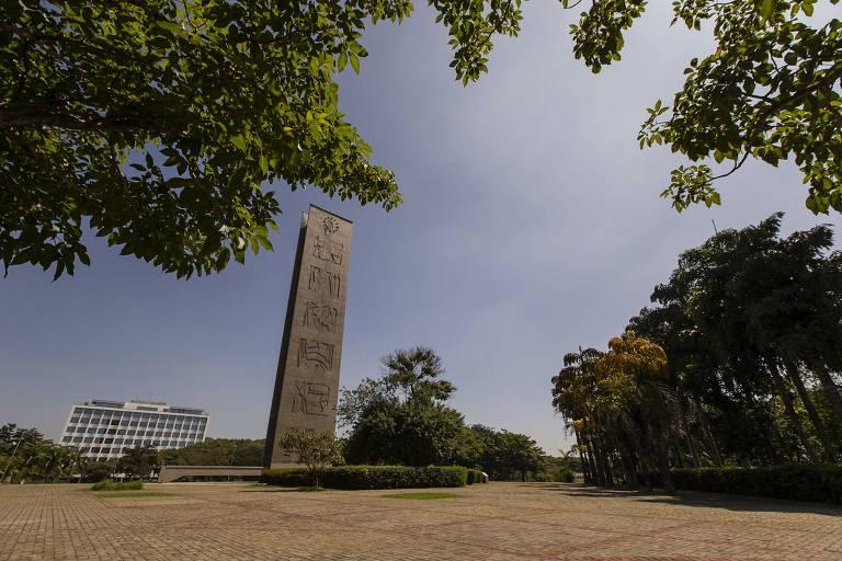 Praça do Relógio vazia na manhã de sexta-feira (26)