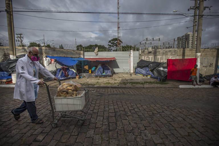 Crise econômica resultante da pandemia leva mais pessoas a morar nas ruas; padre Júlio Lancellotti leva pães para moradores de rua