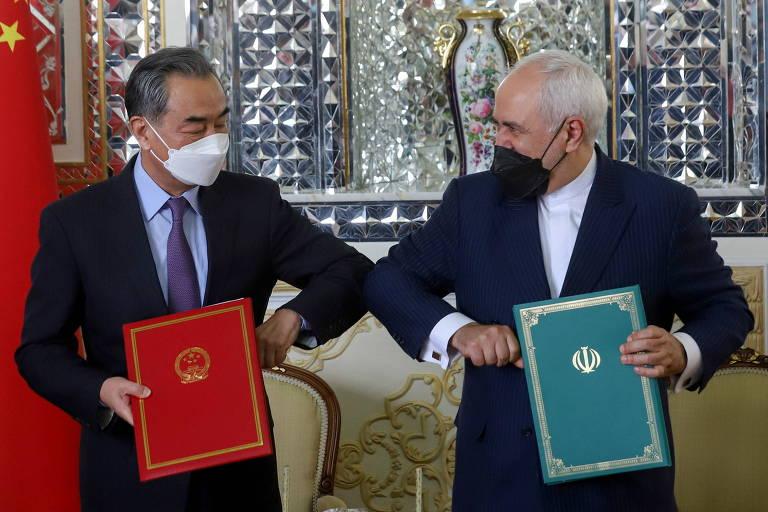 Os chanceleres de China, Wang Yi, à esq., e Irã, Mohammad Javad Zarif, durante a assinatura do acordo de cooperação comercial