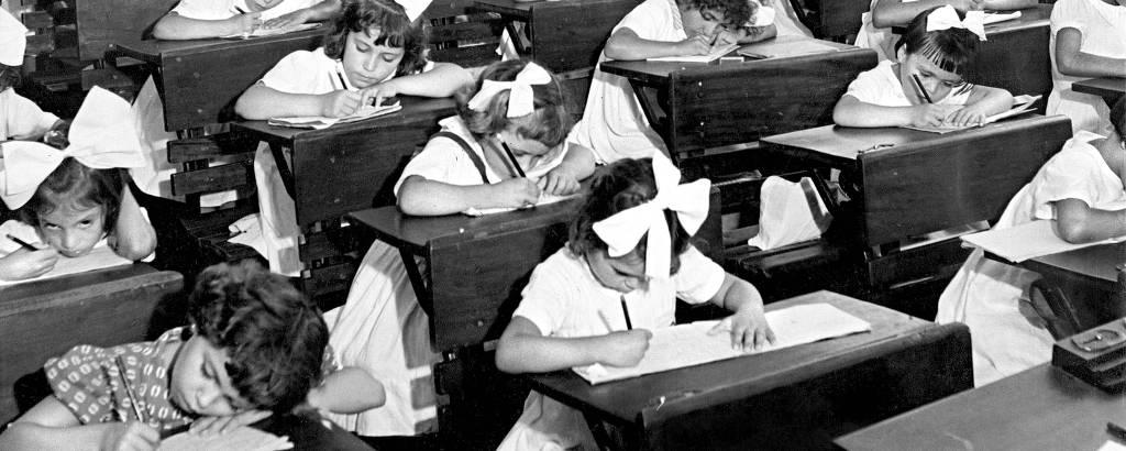 Alunas em classe de meninas em Caraguatatuba (SP), em março de 1955Folhapress
