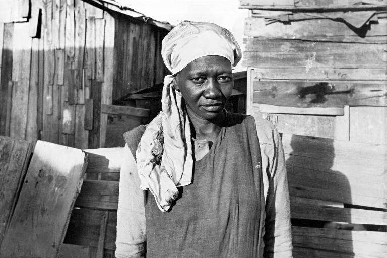 A escritora Carolina Maria de Jesus, em 1958 na favela do Canidé, às margens do rio Tietê, em São Paulo (SP),