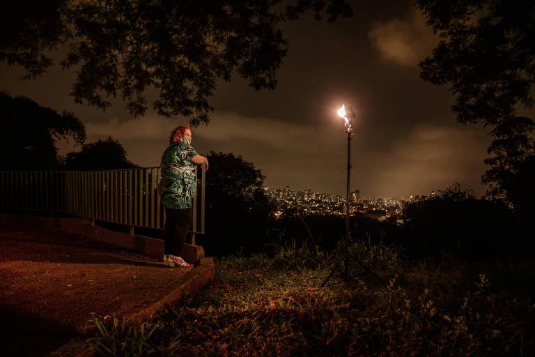 Daniela Souza Antoneli em rua semi-escura