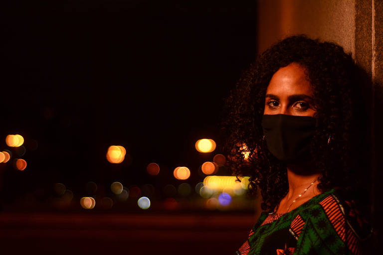 Nádia Martins, de máscara