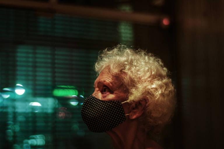 Hermínia Carvalho dos Santos, 86, de máscara