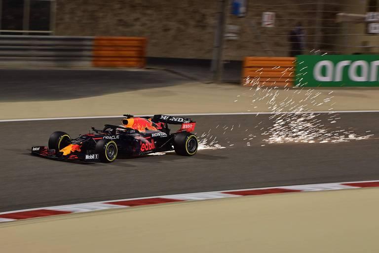 Max Verstappen, em sua Red Bull, durante o treino classificatório deste sábado para o GP do Bahrein de Fórmula 1