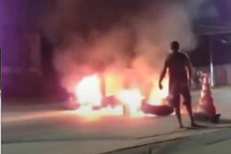 Moradores de Ubatuba queimaram pneus em rodovia para impedir entrada de turistas