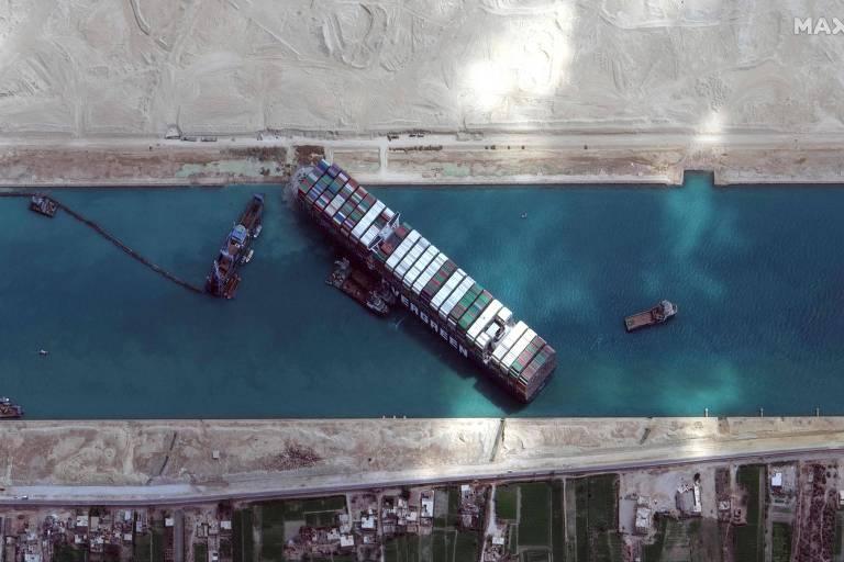Navio encalhado no Canal de Suez começa a se mover