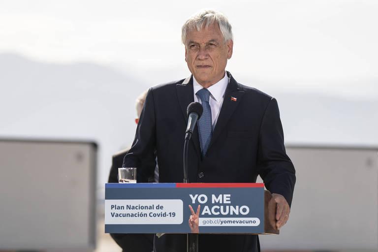 O presidente chileno, Sebastián Piñera, durante a chegada de um carregamento de vacinas no aeroporto de Santiago