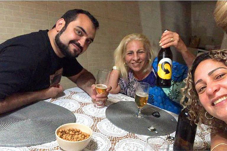 Luis Botto Maia (advogado de Flávio Bolsonaro), Raimunda Magalhães (mãe de miliciano Adriano) e Márcia Aguiar (mulher de Queiroz) no interior de Minas Gerais; segundo o MP-RJ, objetivo era contatar miliciano