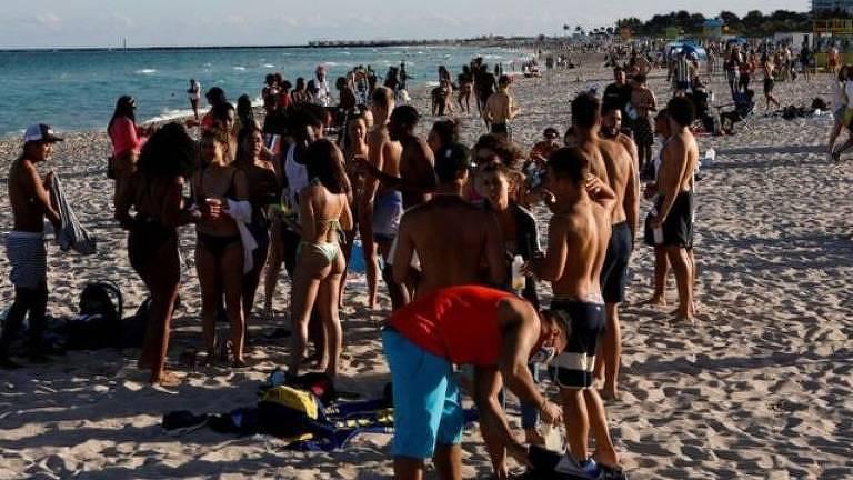 Pessoas em praia
