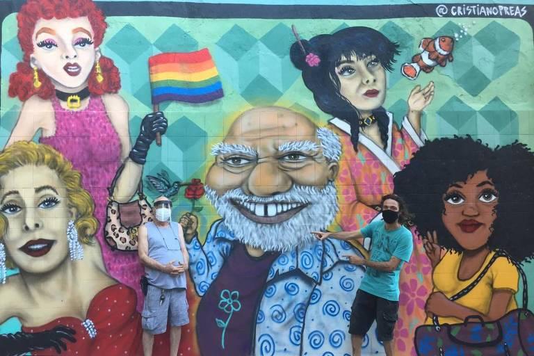 Ator Tonico Pereira em frente ao grafite em sua homenagem