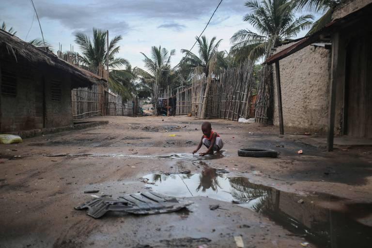 Criança brinca em beco perto do porto de Paquitequete, na região de Pemba, onde é esperada a chegada de embarcações com pessoas que tentam deixar a cidade de Palma, tomada por insurgentes