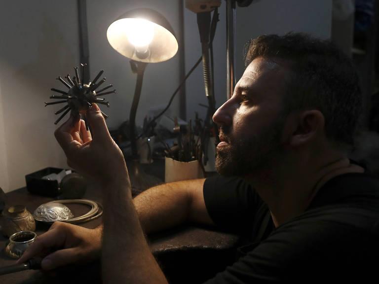 Marcelo Toledo, escultor argentino, transforma lixo da pandemia em arte