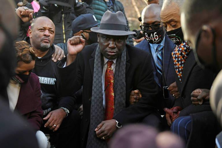 Ben Crump, advogado da família de George Floyd, e parentes do homem negro morto por policial se ajoelham