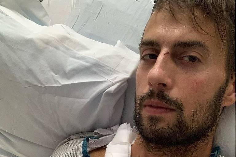 Ryan Fischer, o passeador de cães de Lady Gaga, em momento no hospital