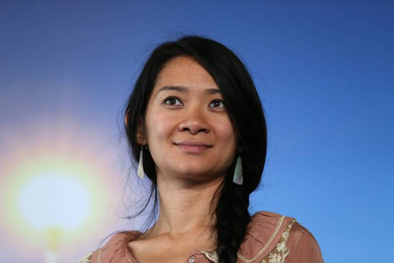 Mulher asiática sorri