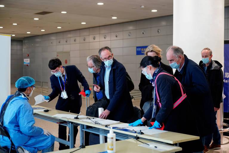 Equipe da OMS que foi à China investigar origem do coronavírus, ao chegar ao aeroporto de Xangai