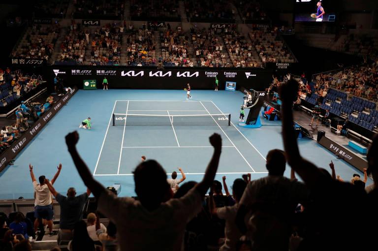 No Australian Open, a presença de torcida chegou a ser revogada após a região de Melbroune registrar um pequeno aumento nos casos de Covid. Dias depois, porém, o público foi novamente liberado, sempre com restrições