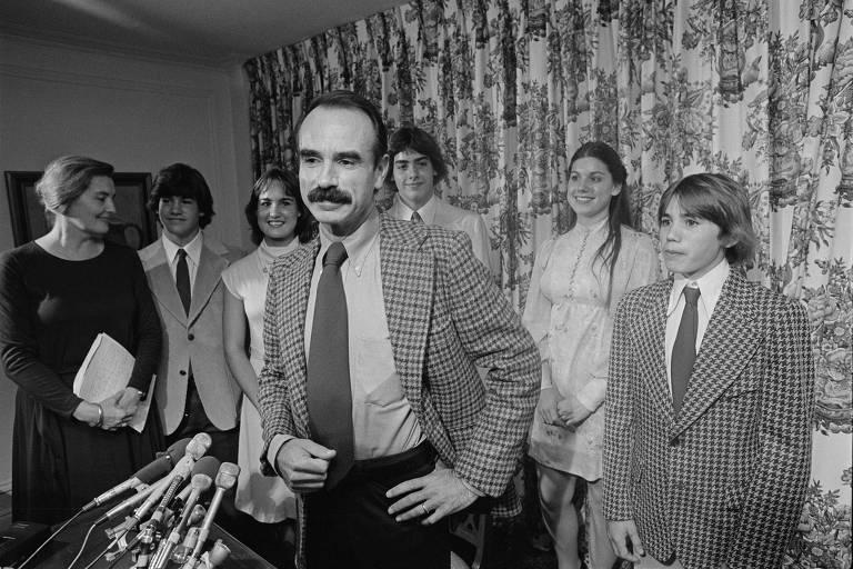 G. Gordon Liddy, acompanhado da esposa e dos filhos, durante entrevista coletiva depois de ter sido solto da prisão