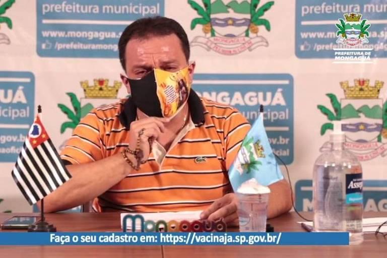Após perder pai e irmão de Covid, prefeito de Mongaguá chora em live e implora fechamento de comércio
