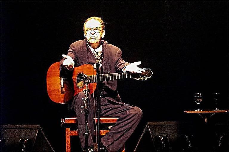 O cantor e compositor João Gilberto reage às vaias do público durante show no Credicard Hall, em 1999