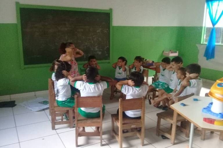 Drielly Souza com os alunos em sala de aula poucos dias antes do fechamento da escola