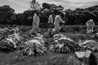 Sepultadores trabalham no cemitério de Vila Formosa, na capital paulista