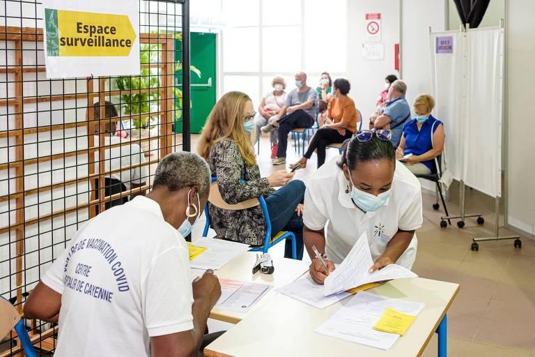 Enfermeiros preenchem formulários em centro de vacinação de Caiena, capital da Guiana Francesa