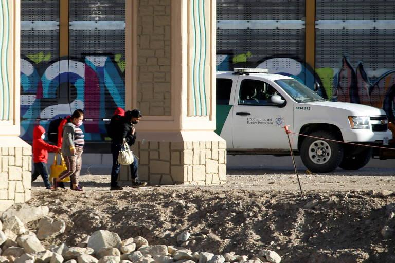 Migrantes são detidos pela polícia de fronteira americana após cruzarem rio para pedir asilo em El Paso, no Texas