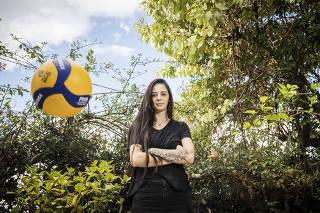 ***Especial FOLHA***Retrato da jogadora de volei Juliana Mello  no quintal da casa dos pais onde vive no Jd Prudencia em SP.   Ela esta sem jogar ha um ano e passou por cirurgia para tirar um tumor da cabeca.