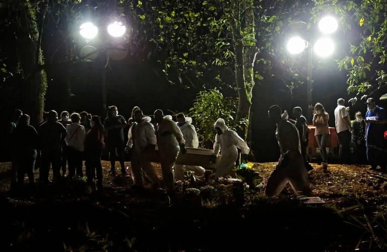 Enterro no cemitério de Vila Formosa, em São Paulo; março foi o mês em que o Brasil registou, disparado, o maior número de mortes por Covid