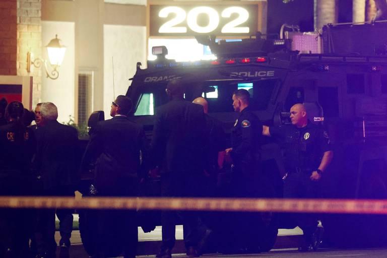 Policiais do lado de fora de um prédio comercial onde quatro pessoas, incluindo uma criança, foram mortas em um tiroteio em Orange, Califórnia