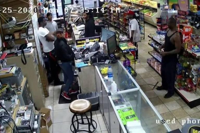 Imagens de vigilância mostram George Floyd em uma loja de conveniência pouco antes de sua morte
