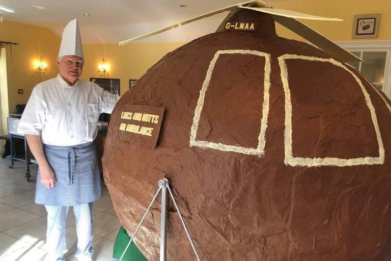 O chocolatier Jan Hansen, de Lincolnshire, na Inglaterra, fez um helicóptero gigante de chocolate