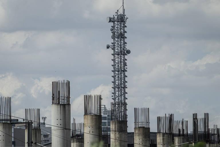 Imagem tomada com lente de grande alcance mostra detalhes de colunas das obras do monotrilho na zona sul de SP