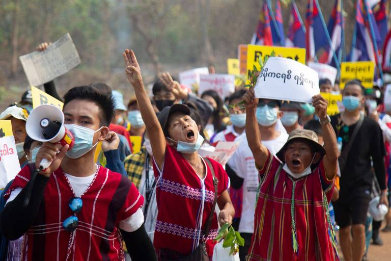 Manifestantes na cidade de Hlaingbwe protestam contra o golpe militar em Mianmar