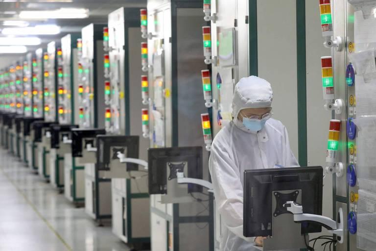 Um funcionário trabalha em uma fábrica de semicondutores em Nantong, na província de Jiangsu, leste da China