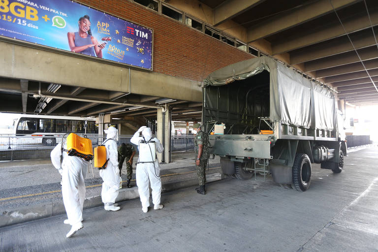 Exército faz sanitização em terminal de ônibus da EMTU