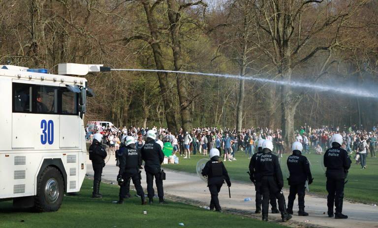 Polícia usou canhões de água, spray de pimenta e gás lacrimogêneo para dispersar a multidão, que se recusava a ir embora
